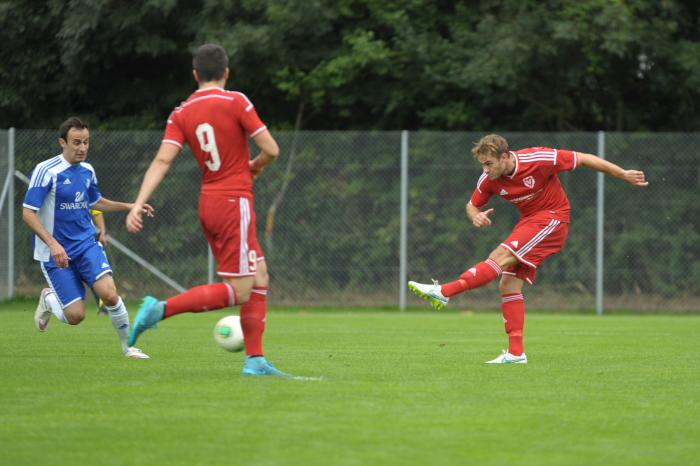 Weixlbaumer (r./FC Vaduz) beim Abschluss. Bild: Jürgen Posch