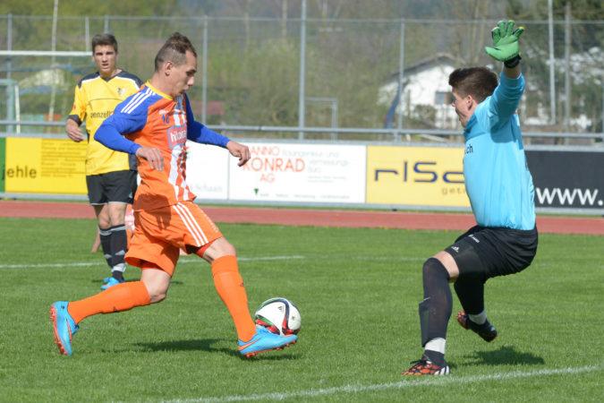 Der Schaaner Torjäger Agim Zeciri auf dem Weg zu einem Treffer