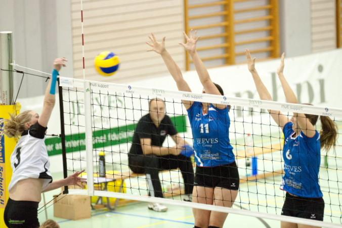 Die Damen-Equipe von Galina Schaan kam zum ersten Heimsieg der laufenden Meisterschaft. Im Bild Bannwart und -Sulzer (VBC Galina, Schaan). Bilder: Jürgen Posch
