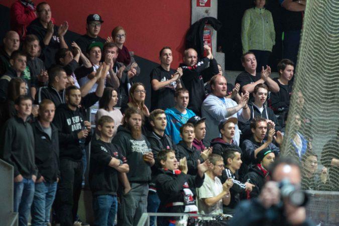 VEU-Fans unterstützen ihre Mannschaft, wie hier in der Dornbirner Messehalle am Mittwochabend.