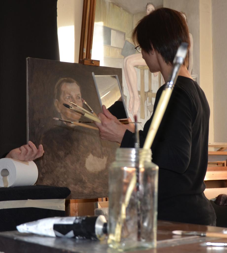Die Maurer Künstlerin Jess de Zilva bei der Arbeit in ihrem Londoner Studio