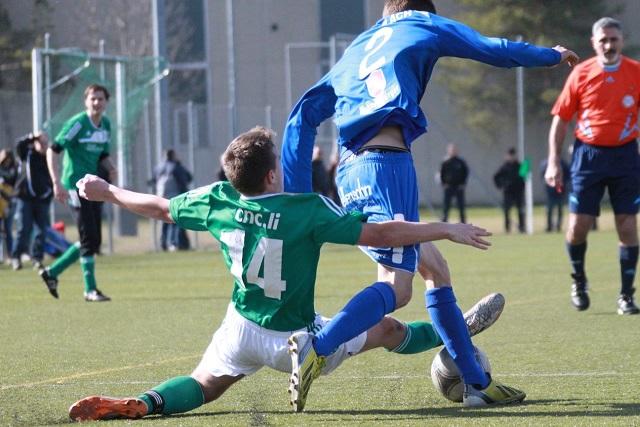 Der FC Ruggell gab zu Hause gegen den FC Rheineck beim 1:1 zwei wichtige Punkte ab. Bild: Jürgen Posch