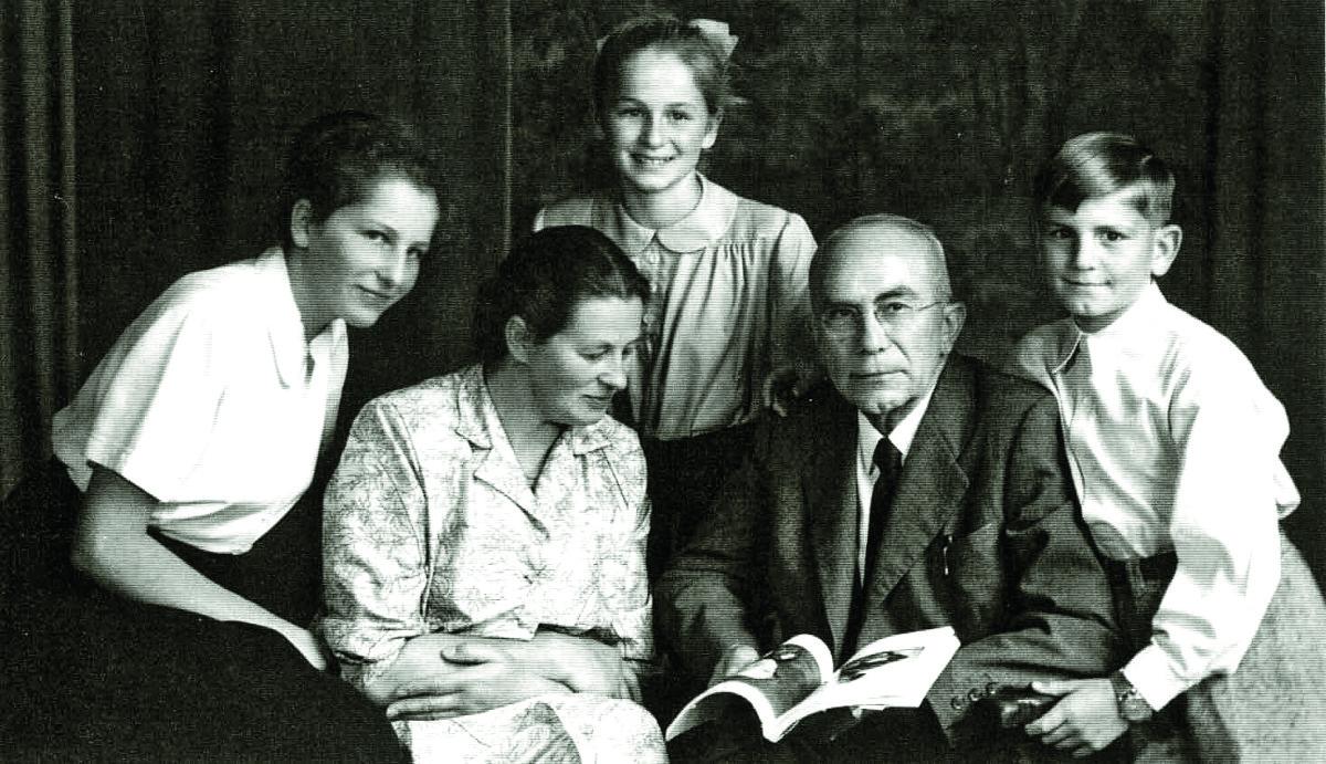 Familie Dipl. Ing. Anton (1892-1966) und Stefanie Theresia Fürst geb. Hämmerle (1910-2002); Kinder von links: Maria *1938, Elisabeth *1940 und Walter *1944; Aufnahme aus dem Jahre 1954.