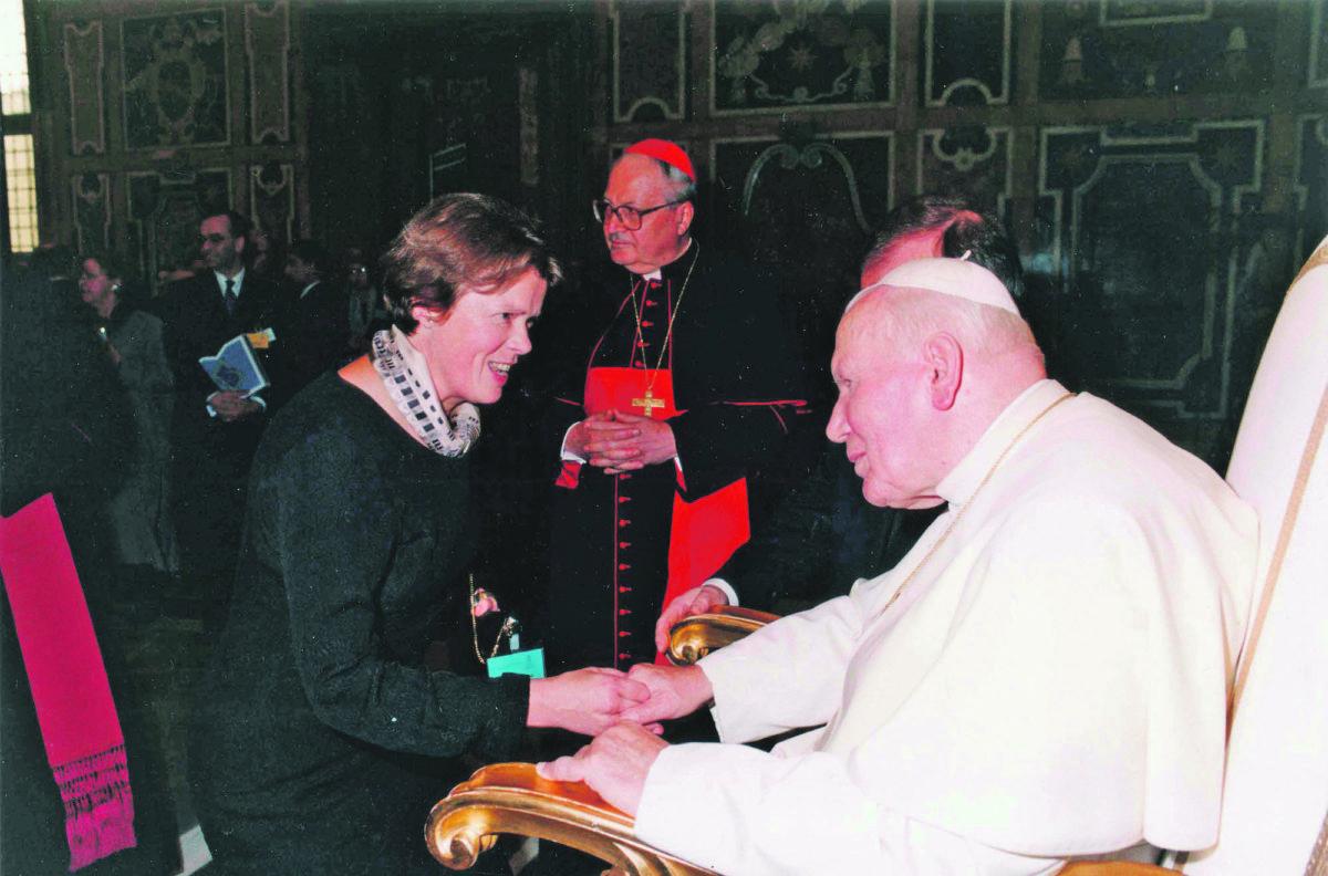 Dr. Renate Wohlwend beim Papstbesuch anlässlich der Rechtsausschuss-Sitzung des Europa Rats vom September 1999 in Rom.