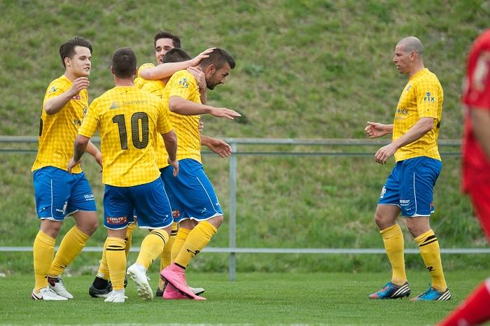 Jubel beim FC Balzers: Hier erzielte Domuzeti gegen Winterthur gerade den 1:1-Ausgleich. Rechts Spielertrainer Mario Frick, der im Frühjahr mit seiner Truppe den ersten Sieg landete. Bild: Jürgen Posch
