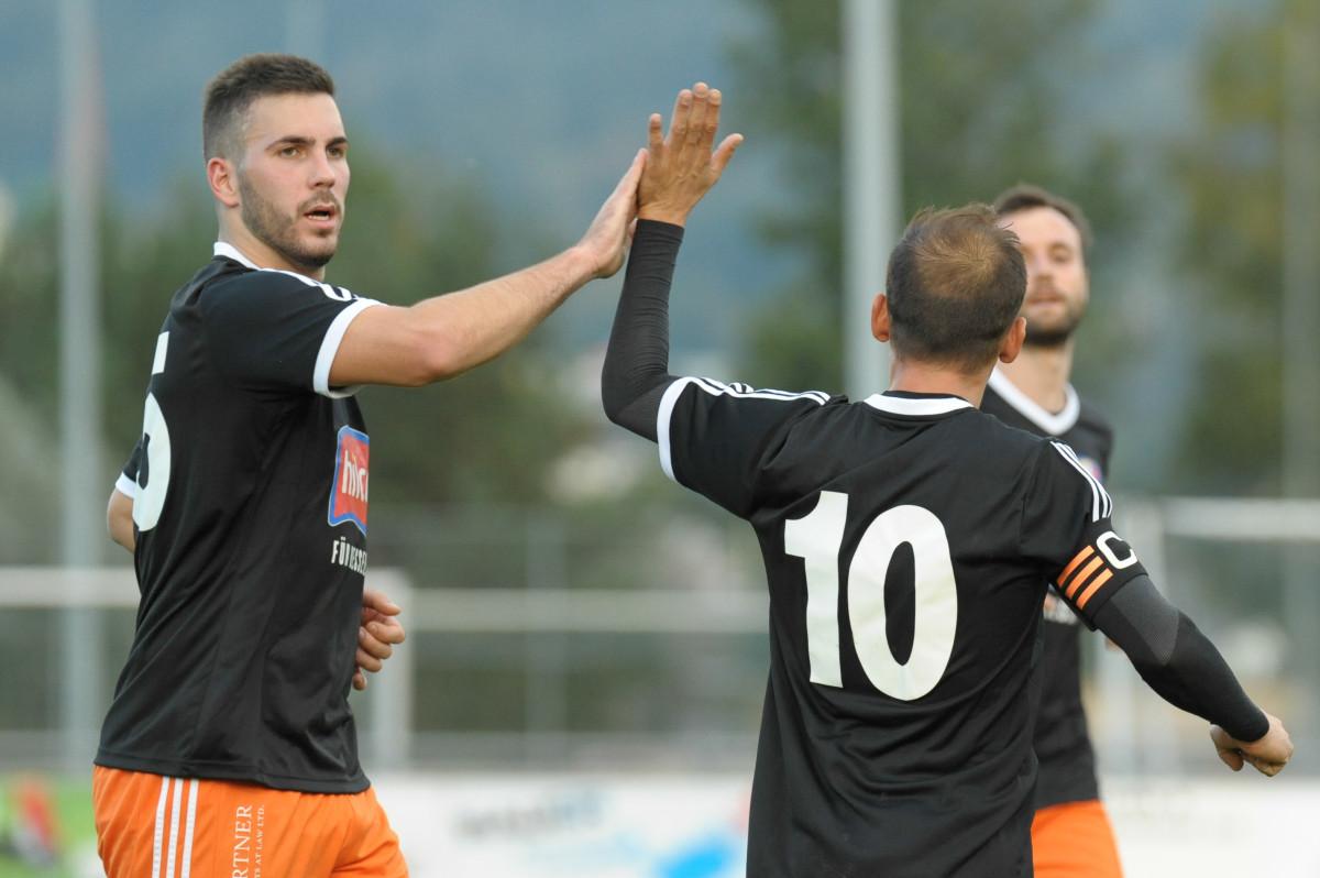 Der FC Schaan (2.) gehört wie der FC Balzers (1.) und der FC Ruggell (1.) zu den grossen Anwärtern auf den Meistertitel in der 3. Liga (Gruppe 2).  Im Bild Nikolic-Zeciri nach dem 0:1 durch den Schaaner Torjäger Zeciri. Foto: Jürgen Posch