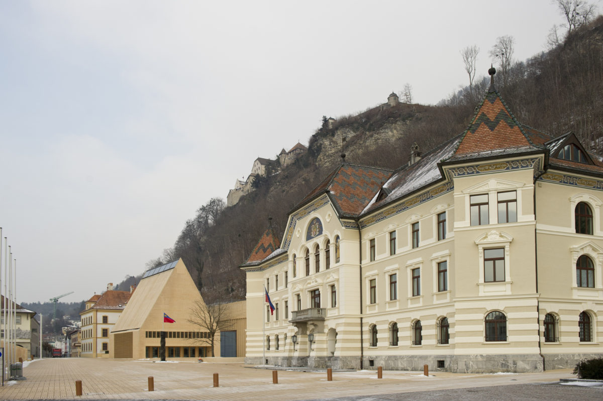 Regierungsviertel in Vaduz mit Regierungsgebäude, Landtag und Schloss © Michael Zanghellini