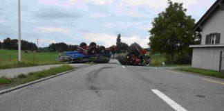 Arnegg: Traktor mit Anhänger gekippt